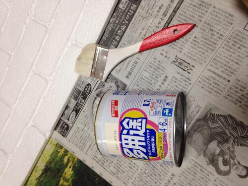3. うまく凹凸を出せたら今度は白ペンキを塗ります。 発泡スチロールのボコボコが出ないようにたっぷり塗ります。 2〜3度塗りで上手くいけば隠れます。(笑) ペンキがかなり減るので勿体無い!と思う方は軽く2度塗りでもいいかもです。