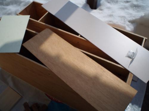 1. 合板で枠型を作り 背板を貼っていきます