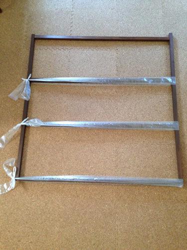 4. 真ん中は はめ込み式にするので  窓のサイズをきっちり測って作ります。 木工用ボンドで接着、はたがねが届かないので 幅広のビニール紐で固定。
