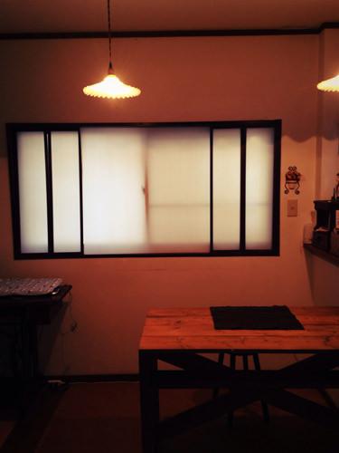 6. 窓枠に蝶番で折り戸を取り付けます。 上下の隙間の調整が難しかった…