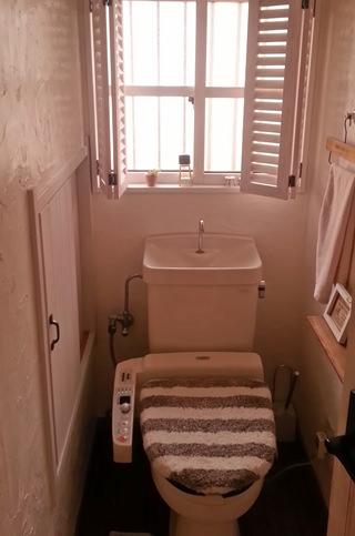 1. 旧トイレです。 壁や窓も過去にしたDIYでそれなりに お洒落になったものの、便器の古さは どうしようもありません。(;^_^A