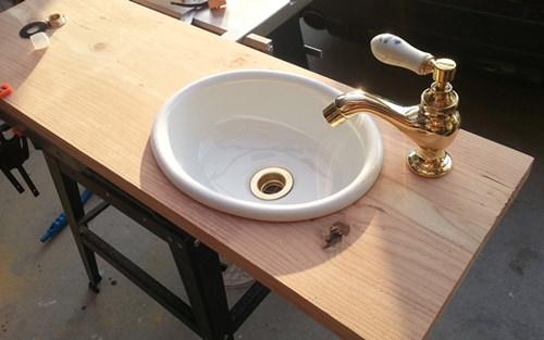5. 足場板にボウルと水栓の穴を開けて 天板を作成します。
