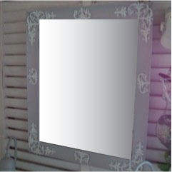 5. この画像は、はじめにペイントしてありますが、オーナメント(フェルト)を白にする予定だったのではじめにペイントしました。フェルトもミラーも同じ色の場合、フェルトを貼ってからのペイントがお勧めです。テープを輪っかにして仮留めして位置を決めてから、木工用ボンドで貼り付けました。