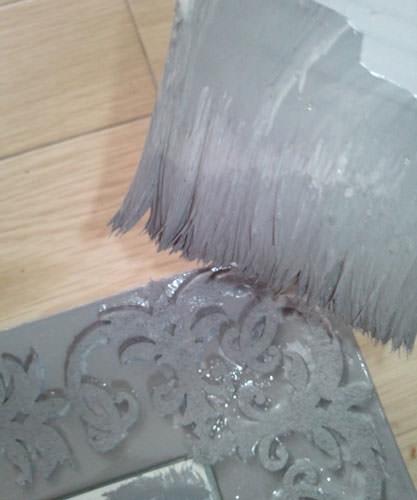 7. フェルトごと塗ります。 細かいところは乾くとムラになりやすいので気をつけて。 (色をダークなグレーに変更しました。)