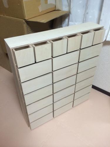 1. ホームセンターでカットしてもらったシナベニヤを、木工用ボンドで固定→乾燥させました。 この時点でかなり頑丈に固定されていましたが、さらに釘を打って固定。慎重に打たないと木が割れますね。 とりあえず直角の組み合わせだけなので、初心者でも何とかなりました。 組み終わったら、紙ヤスリで角を丸くしました。 そして塗装は水性塗料を一度塗っただけです。色はモカチャです。 塗料が乾燥したら、100均で買ったネームノブを付けます。 最後にL字金具で壁に固定して完成です。