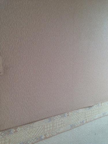 1. ピンクの壁紙、ボーダーテープも剥がれてきていました。 まずは、ボーダーテープを剥がし、壁を拭き穴はコーキング剤で埋めました。