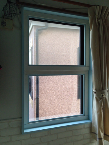 3. 窓のサッシが黒なので、それを隠すため窓枠を作成。 杉板に細い角材でアレンジしペンキ。ピッタリ収まりました。