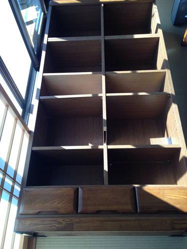 1. 子どもが小さい頃の絵本や図鑑など 読まなくなった本ばかりを 並べ、 部屋の隅にあった180センチの本棚です。 解体するために本を全部取り出して横に倒してから、写真を撮ることに気づき、このような状態で申し訳ありません…