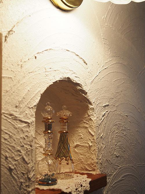 STEP.7 明かりをつけると 漆喰のいい感じの陰影が楽しめる飾り棚になりました。