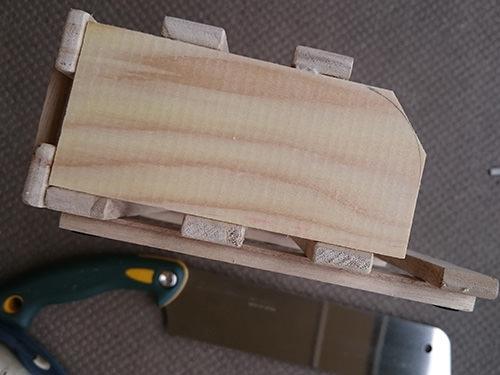 STEP.3 切ったすのこを、下側と前側に貼り付けます。 サイドの板は斜めにカット。