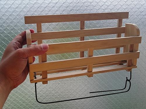STEP.5 番線をペンチで曲げて、本体に開けた穴に通します。 キッチンペーパーが装着しやすいようにフック式にしています。
