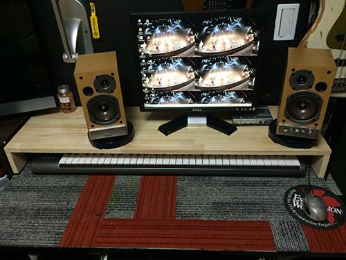 After 奥行きが30センチあるので、キーボードがすっぽり収まります。 普段PCを使うときは収納、音楽制作の時は手前に出して作業、と言った感じです。今回は天板のトップのみに蝋を塗りこみました