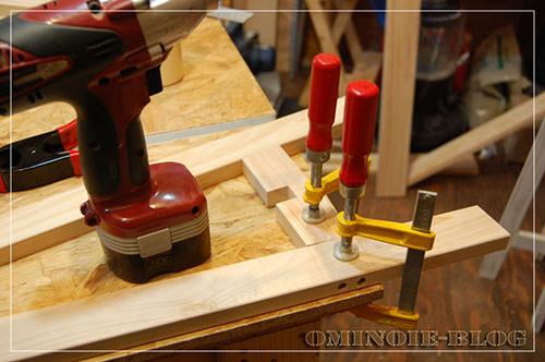 STEP.4 ずれないように台に固定してネジ止め。 貫の部分は上下に凹を組み合わせてあります(相欠き)