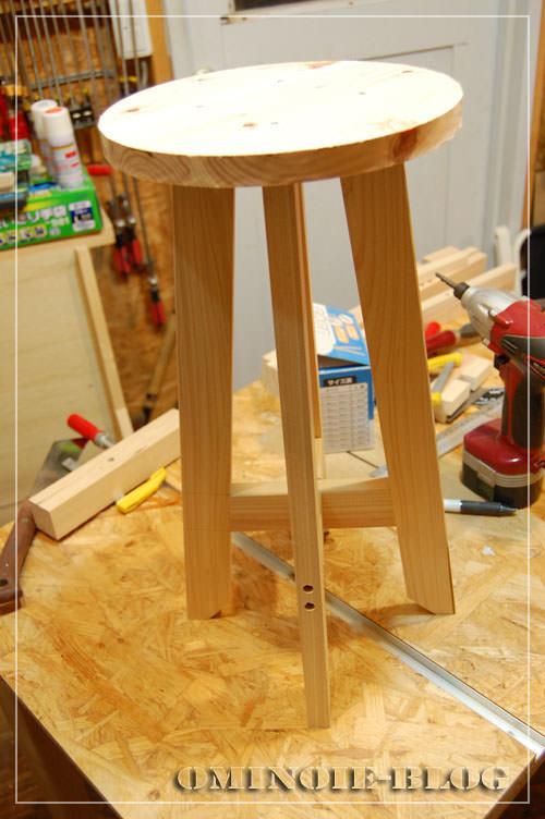 STEP.5 座面と脚をネジ止めして本体完成。