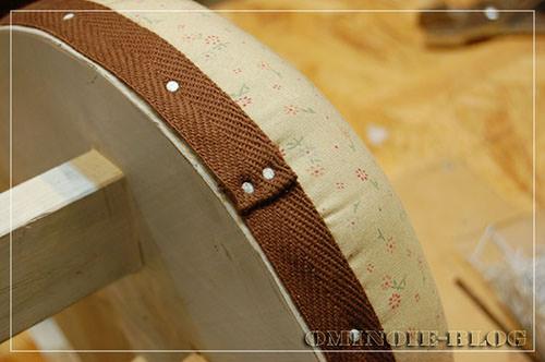 STEP.10 タッカーの針を隠す為に、コットンテープを巻いて、25mmの白釘で固定。コットンテープは釘で固定する前に両面テープで貼り付けておきます。