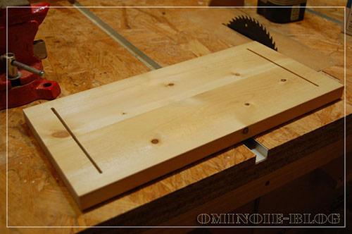 STEP.1 セリアで売っていたブックエンドを二つ使って本立てを作ります。ベースとなるSPF 1x4材を同じ長さに切って、ブックエンドを差し込む溝を切ります。